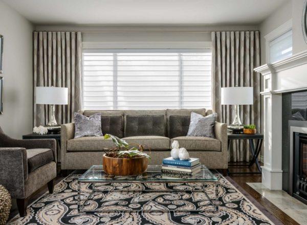 Дизайн штор серого цвета в крупных горох для гостиной