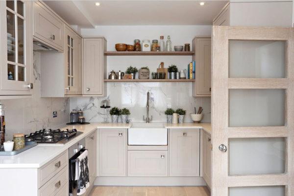 Обустройство маленькой кухни в светлых тонах