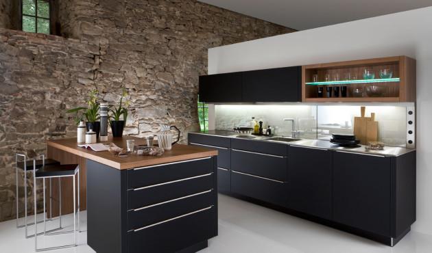 Черная и коричневая мебель в интерьере кухни