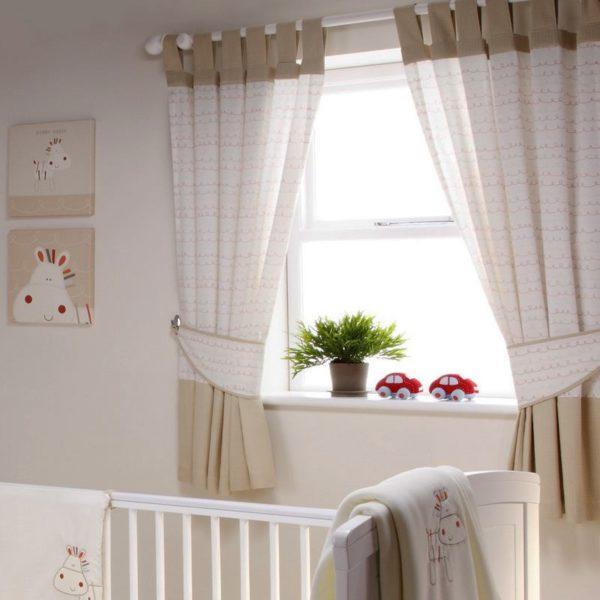 Короткие плотные шторы на петлях для детской