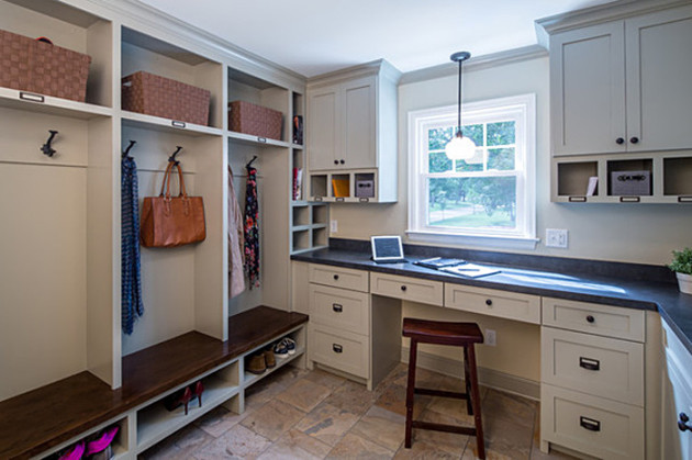 Пример обустройства прихожей со шкафами