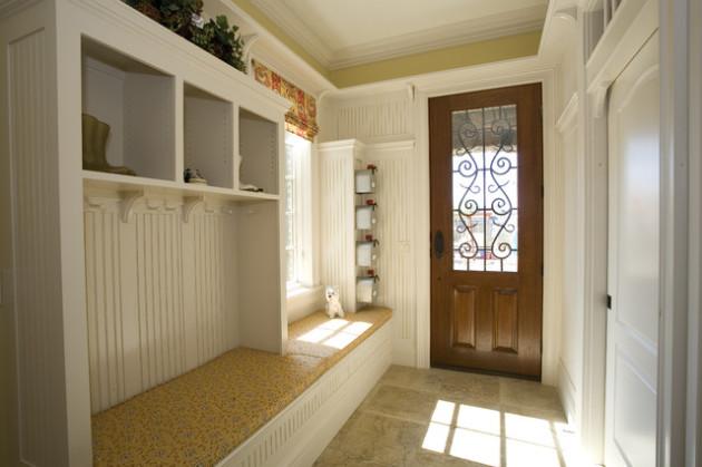 Дизайн узкой прихожей с окном в доме