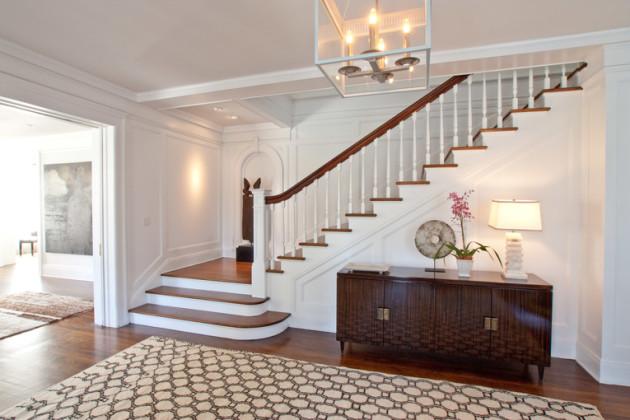Мебель и освещение в холле с лестницей