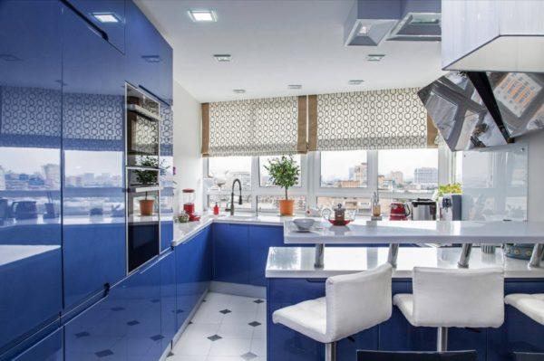 Римские шторы в дизайне кухни синего цвета