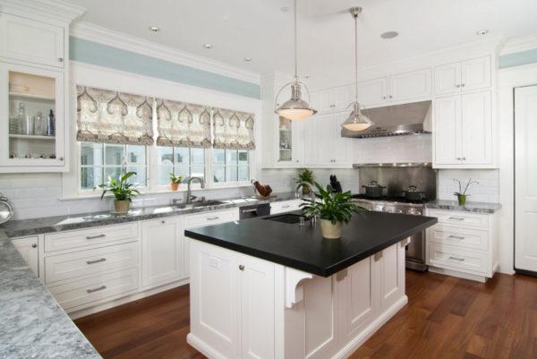 Дизайн римских штор 2017 в интерьере светлой и просторной кухни