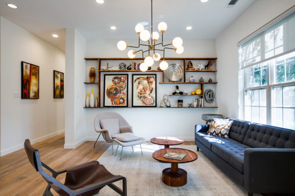Дизайн современной гостиной 2017 с белым потолком