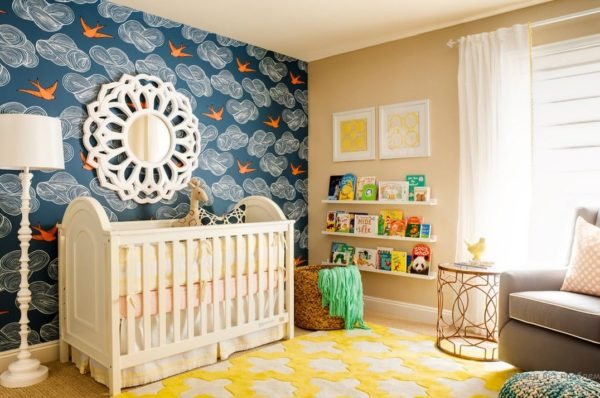 Идея дизайна детской комнаты с комбинированными обоями