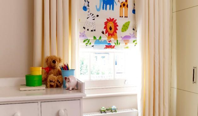 Дизайн штор из плотной ткани молочного цвета для детской
