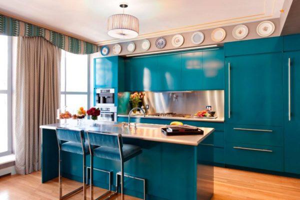 Шторы с мелким рисунком из плотной ткани в дизайне сине-бирюзовой кухни