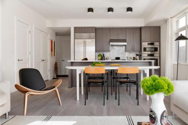 Современная кухня-столовая в светлых тонах с серым полом
