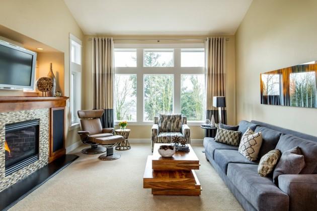 Длинная гостиная со светлыми плотными шторами