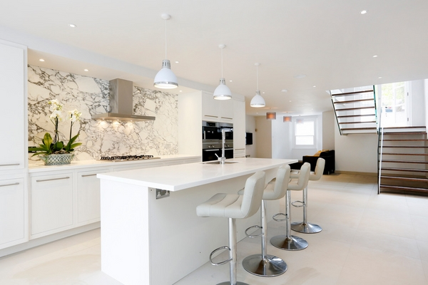 Просторная светлая кухня