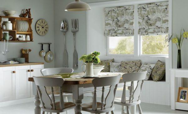 Дизайн римских штор для кухни с необычным рисунком
