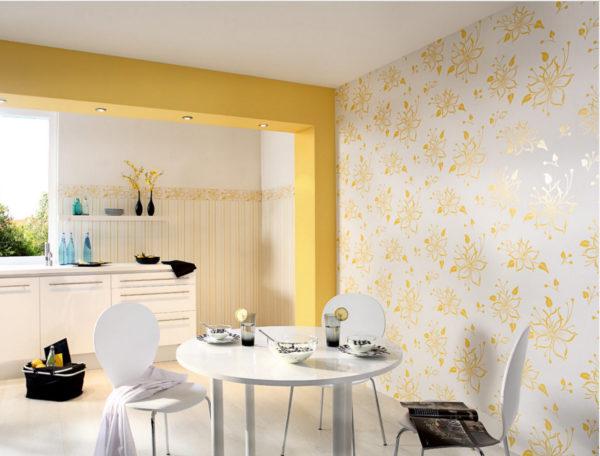 Белые обои с желтыми цветами в дизайне кухни