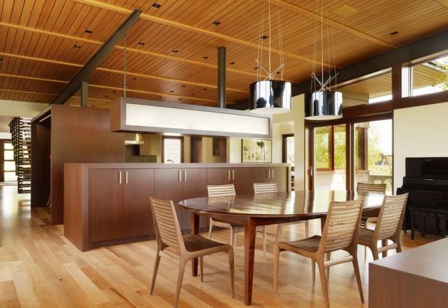 Оригинальный дизайн кухни с деревянной мебелью и декором