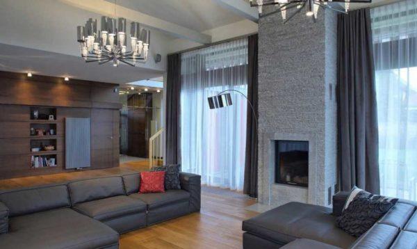 Дизайн окон с тюлем и плотными шторами в гостиной