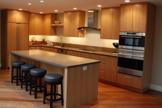 Дизайн кухни в теплых тонах с деревянной мебелью