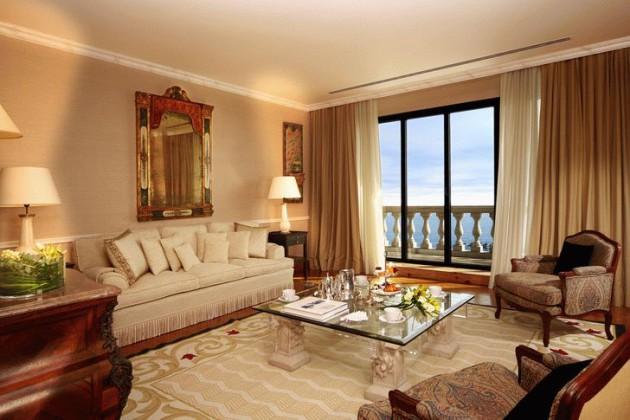 Дизайн гостиной с тюлем и шторами из органзы на панорамных окнах