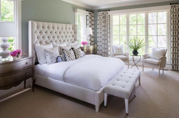 Дизайн штор для спальни с крупным контрастным рисунком