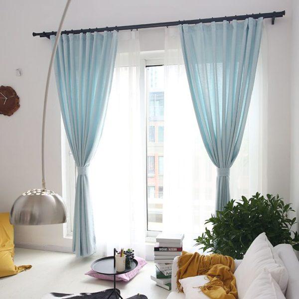 Светлая гостиная с лёгкими шторами