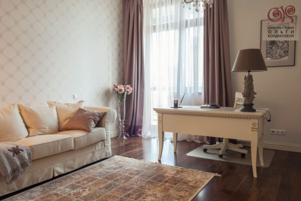 Вариант оформления интерьера гостиной с письменным столом