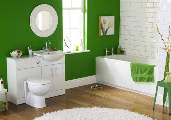 Белая плитка и ламинат в отделке ванной комнаты