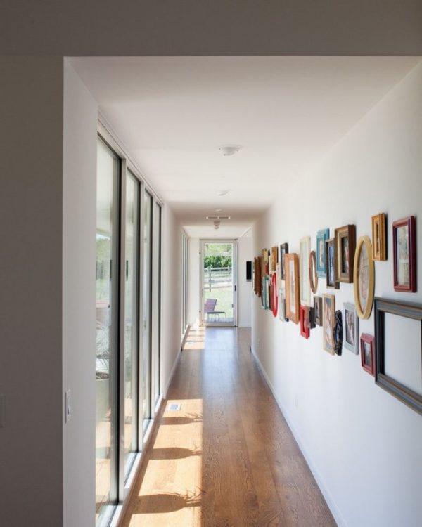 Дизайн узкой прихожей с окнами