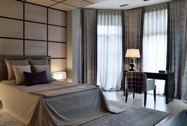 Дизайн спальни с тёмными шторами