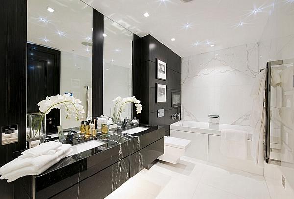 Интерьер белой ванной комнаты с чёрной мебелью