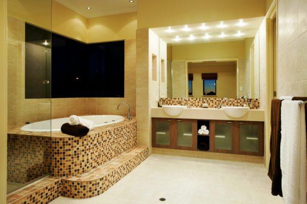 Сочетание жёлтого и коричневого в дизайне ванной