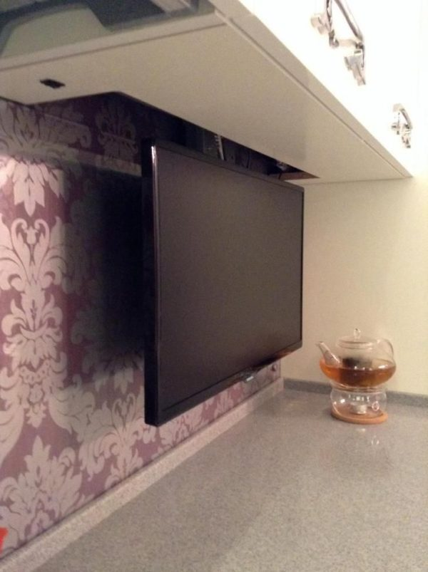 Выдвижной телевизор на кухне
