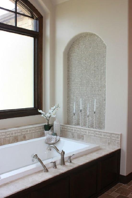 Декоративная ниша над чашей ванны