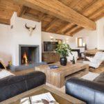 Кожаная мебель прекрасно сочетается с деревом в интерьере гостиной