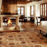 Гостиная с белой мебелью и камином