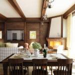Гостиная с потолком, отделанным балками