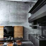 Серый цвет в сочетании с чёрным и тёплым коричневым в интерьере кухни