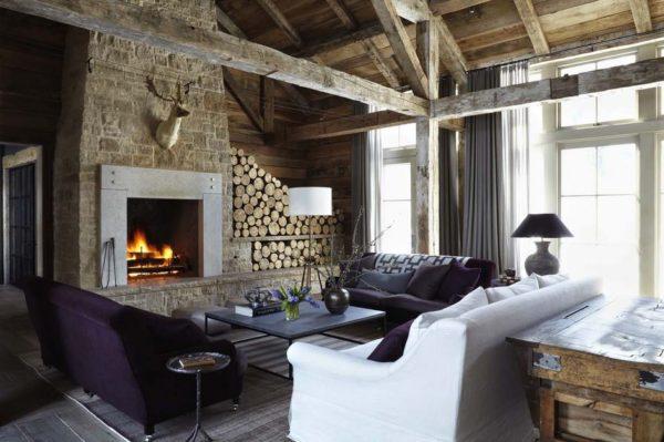 Гостиная с камином и мягкой мебелью разного цвета