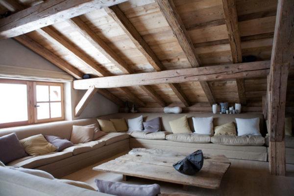 Гостиная в стиле шале с наклонной стеной