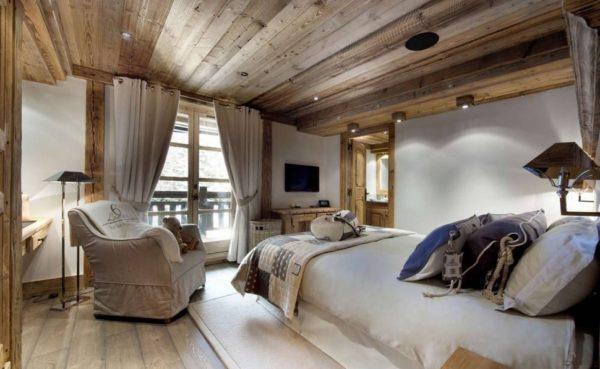 Спальня с потолком, отделанным деревом