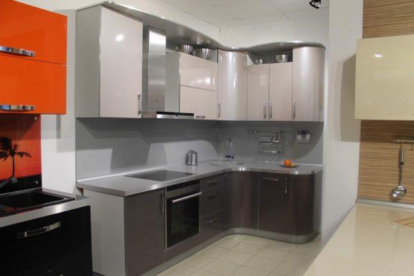 Кухня с глянцевыми фасадами в серых тонах