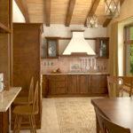 Потолок с балками- отличительная черта стиля шале