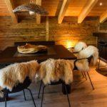 Кухня в стиле шале с барной стойкой