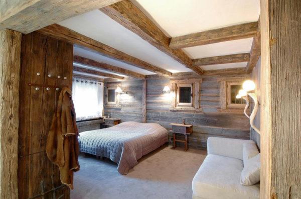 Стены и потолок спальни отделаны деревом