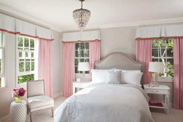 Розовый и серый нежных оттенков в интерьере спальни