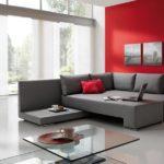 Лаконичный интерьер гостиной дополнен красным акцентом