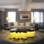 Серый интерьер гостиной с мебелью необычной формы