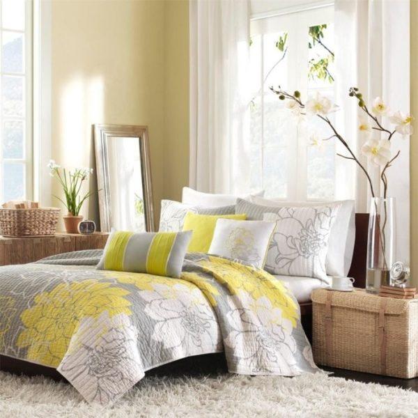 Бежевая спальня с серыми и жёлтыми акцентами