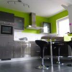 Кухня с серыми глянцевыми фасадами и серым полом