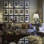 Серый интерьер гостиной с коричневой мебелью