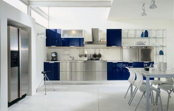 Серый и синий в интерьере кухни
